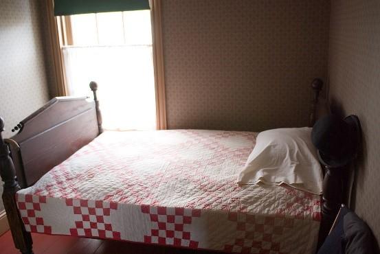 https://upload.wikimedia.org/wikipedia/commons/thumb/6/6e/Bed_Room%2C_Green_Gables_%283640362296%29.jpg/1280px-Bed_Room%2C_Green_Gables_%283640362296%29.jpg